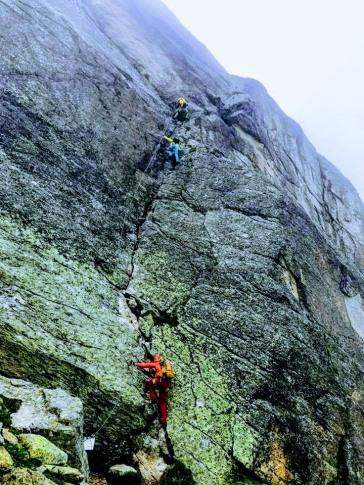 Einstieg Steilwand, Tanja & Anna vorne weg