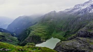 Blick auf den Margaritzen-Stausee und den Trail oberhalb