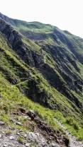 Eng schmiegt sich der Alpinsteig an die Wände