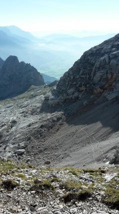 Blick in den Geröllkessel - Alpinsteig sichtbar
