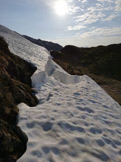 Manche Altschneefelder sollte man umgehen, dieses hier zB