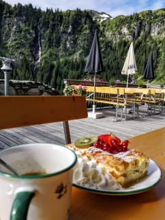 Frühstück 2: Topfen-Marille und Verlängerter auf der Ossmannalm