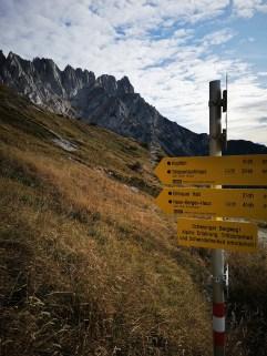 Schwarz markierter, alpiner Steig