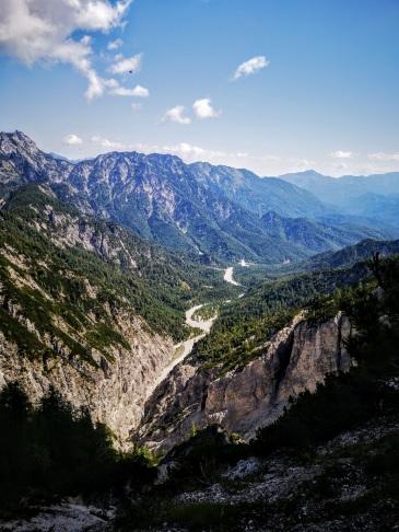 Tiefblick ins Weißenbachtal mit Katergebirge